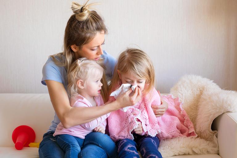 Hausstaubmilbenallergie Symptome bei Kindern frühzeitig erkennen.
